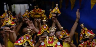 Devotees of the Child Jesus raise images of the Santo Niño in the central Philippine province of Cebu during the annual feast in 2018. (File photo by Victor Kintanar)