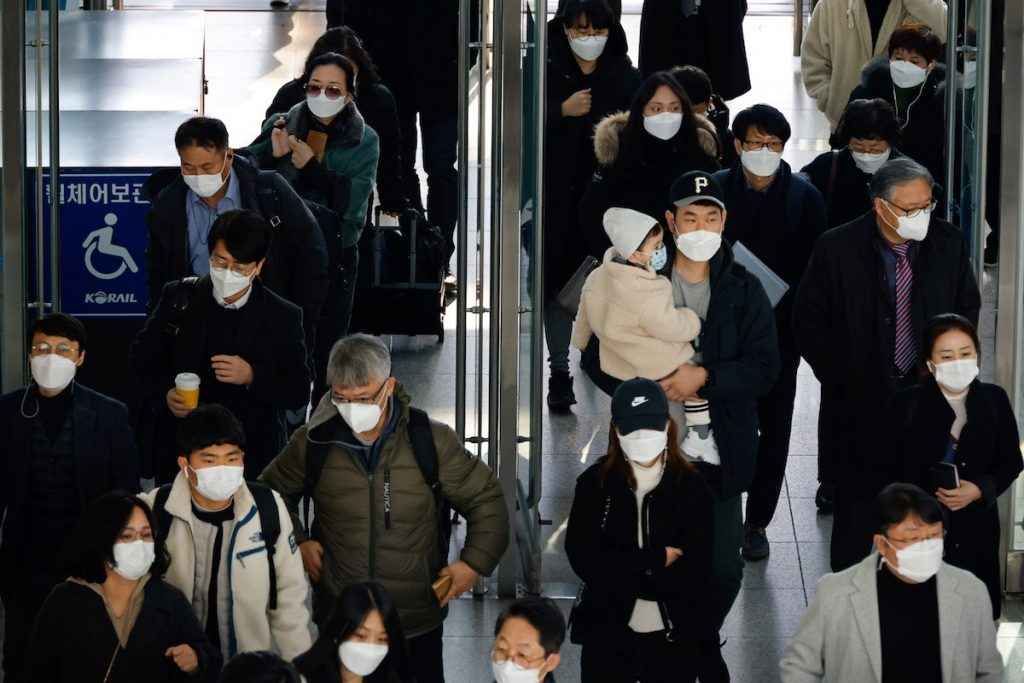 People wearing masks walk at a railway station amid the new coronavirus pandemic in Seoul, South Korea, Nov. 30, 2020. (Photo by Kim Hong-ji/Reuters)
