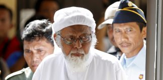 Indonesian radical Muslim cleric Abu Bakar Bashir enters a courtroom for the first day of an appeal hearing in Cilacap, Central Java province, Jan. 12, 2016. (Photo by Darren Whiteside/Reuters)