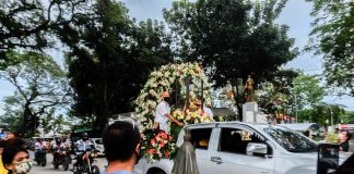 Devotees of the Child Jesus in the central Philippine city of Iloilo go out of their homes to have a glimpse of the image of the Child Jesus during the annual celebration of the Dinagyang on January 24. (Photo by Marielle Lucenio)